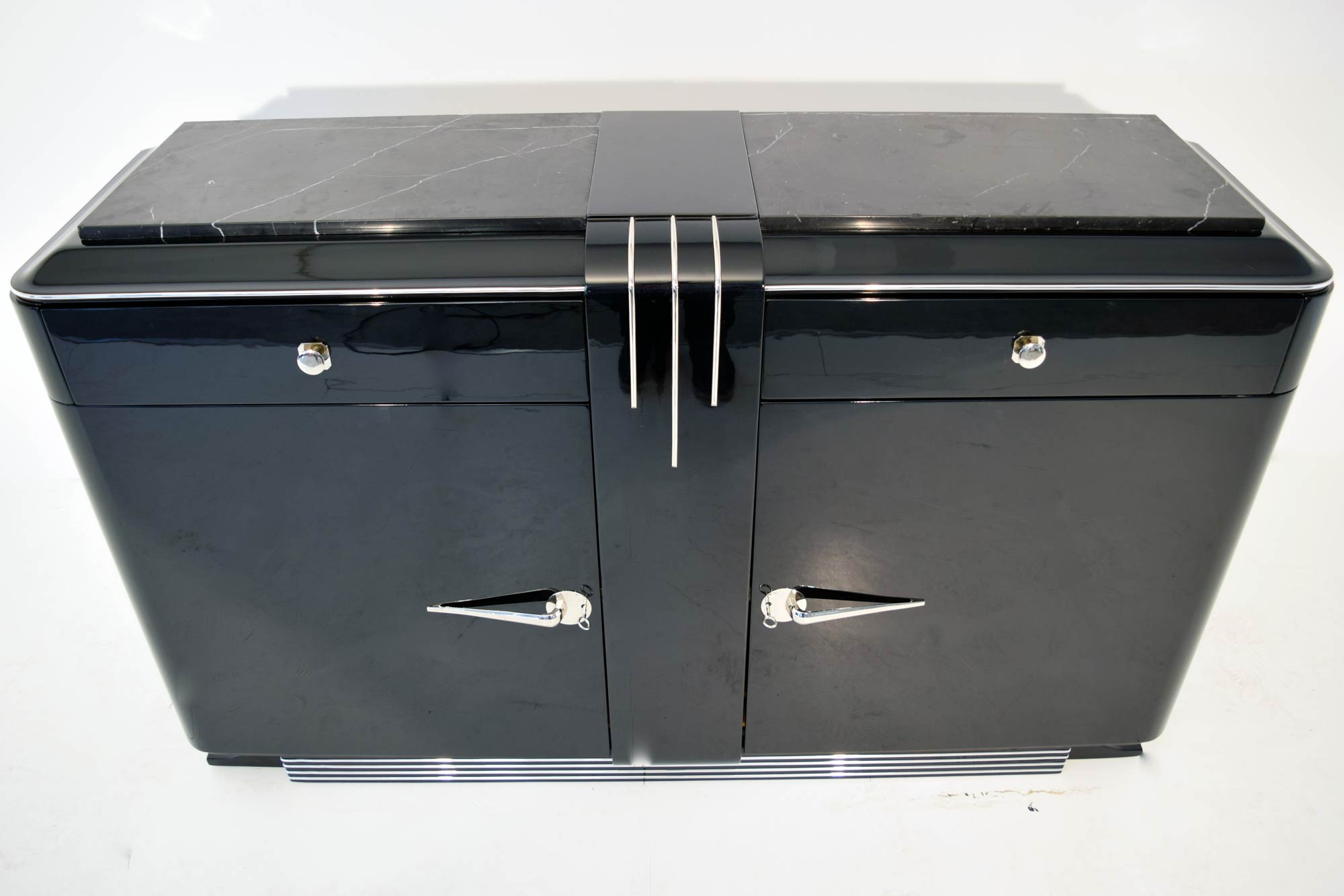 sideboard marmorplatte schwarz klavierlack schwarz zierleisten beschlaege chrom artdeco depot. Black Bedroom Furniture Sets. Home Design Ideas